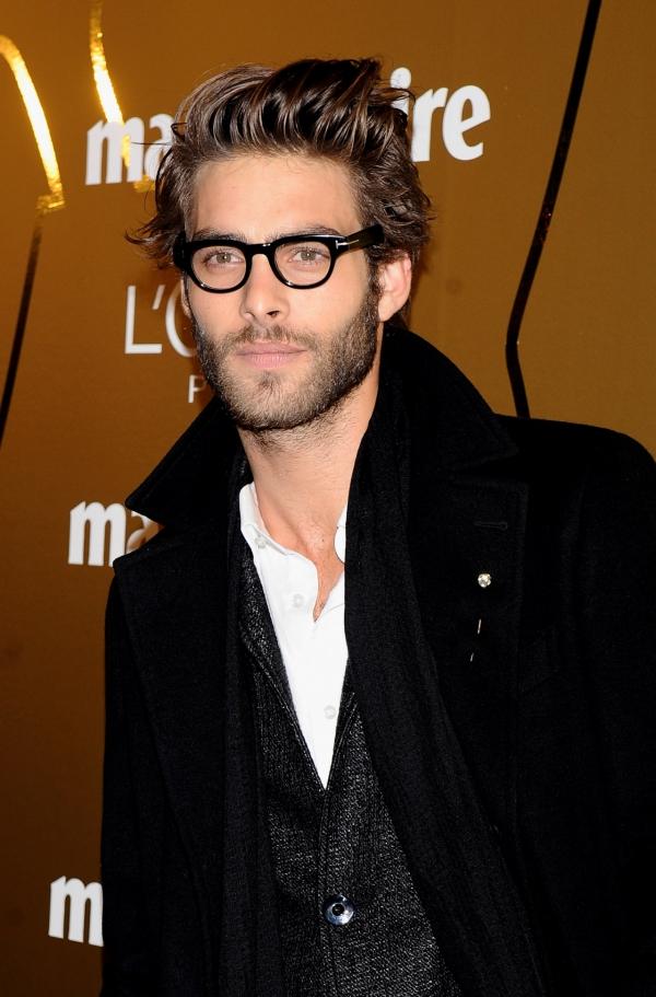 Il bellissimo modello spagnolo jon kortajarena con for Attrici con gli occhiali da vista